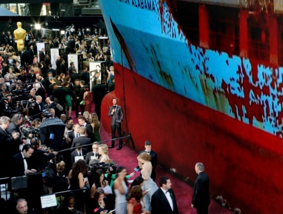 Ryan Seacrest Catches Up With 'Captain Phillips' Star Maersk Alabama On Red Carpet